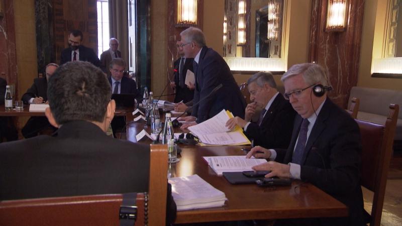 Mitglieder der zwischenstaatlichen Kommission bei Sitzung in Bozen