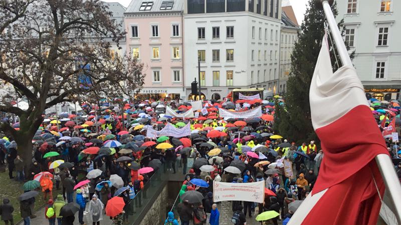 Demonstration vor Landhaus Gewerkschaften