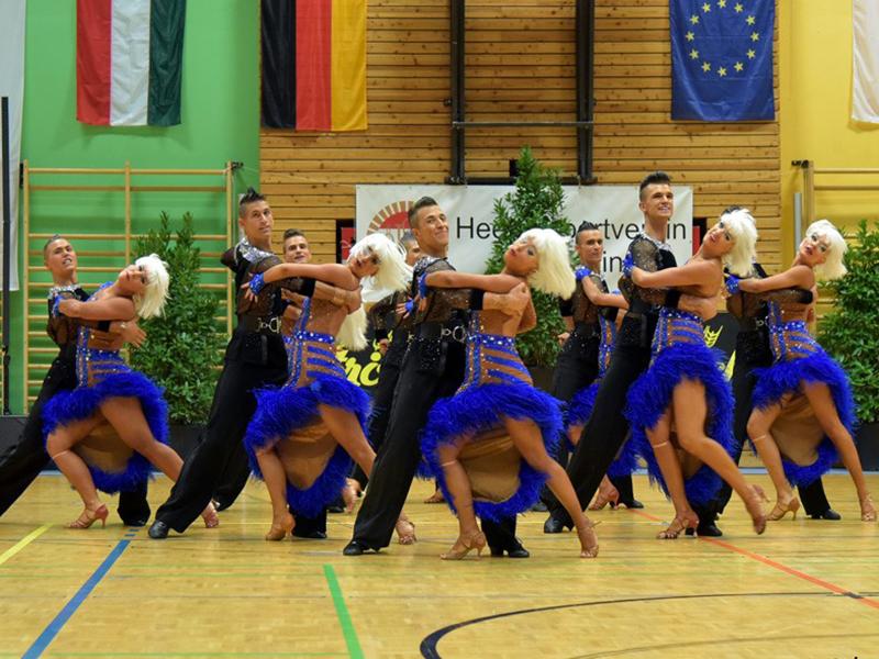 HSV Zwölfaxing tanzt eine Formation