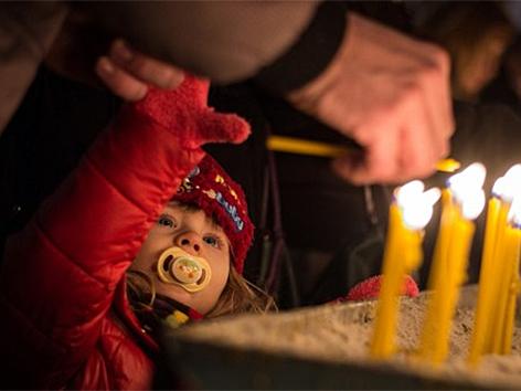 Kind und Kerze