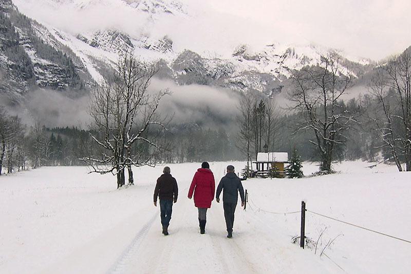Spaziergänger im Schnee in der Kühschwalb bei Kuchl (Tennengau)