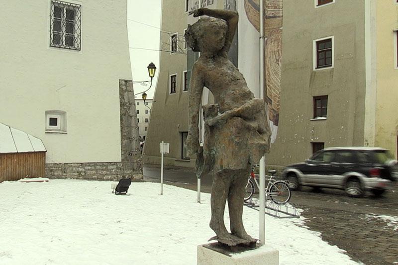 """Statue """"Mädchen am Brunnen"""" von Josef Zenzmaier in der Halleiner Altstadt"""