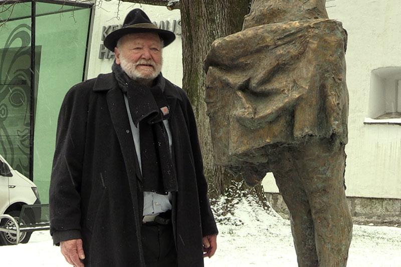 """Bildhauer Josef Zenzmaier neben der Statue """"Mädchen am Brunnen"""" in der Halleiner Altstadt"""