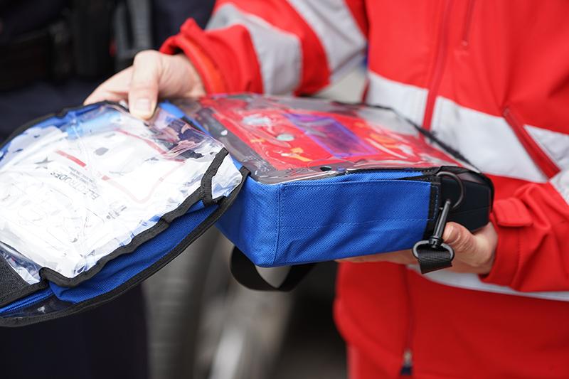 Sanitäter mit Defibrillator
