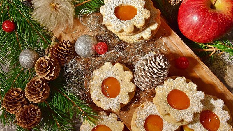 Weihnachten Essen Kekse gedeckter Tisch