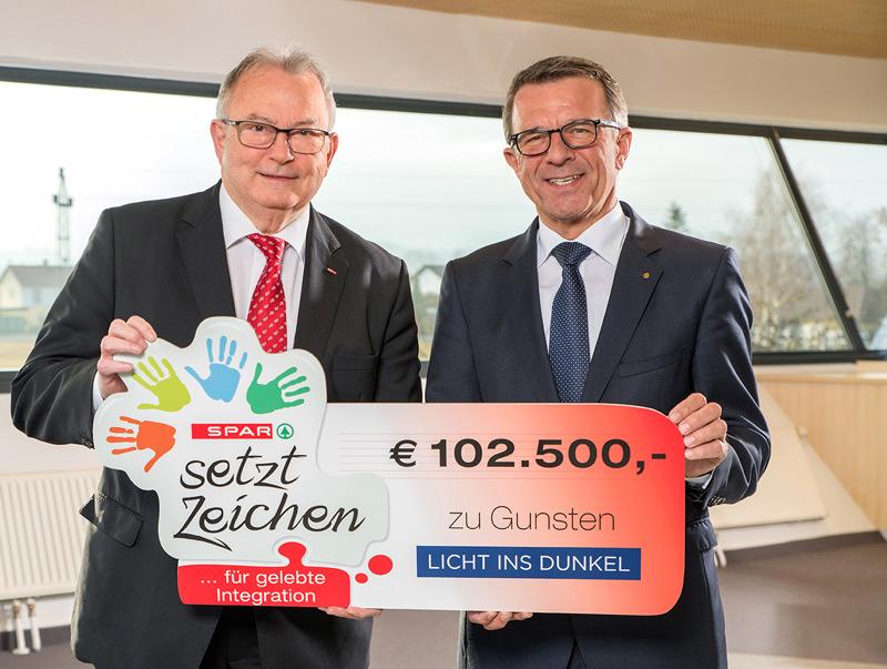 """Spendenscheck-Übergabe für """"Licht ins Dunkel"""" 2016; v.l.: Günther Hartl (ORF-OÖ), Jakob Leitner (Geschäftsführer SPAR-Zentrale OÖ)"""