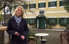 Eva Brutmann vor dem Stille Nacht-Museum in Lamprechtshausen/Arnsdorf