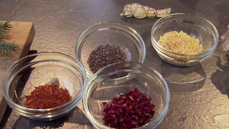 Sandelholz, Rosenblüten, Lavendel und Weihrauch