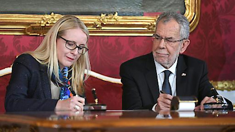 Margarete Schramböck bei Angelobung
