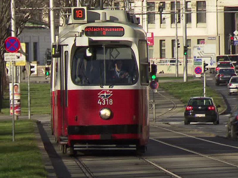 Straßenbahn-Garnitur der Linie 18 am Margaretengürtel