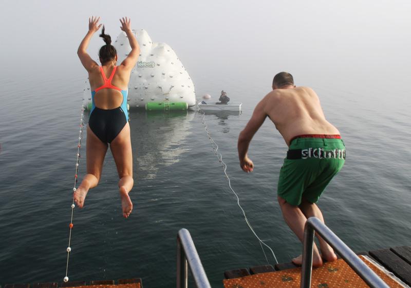 Schwimmer springen in den Achensee
