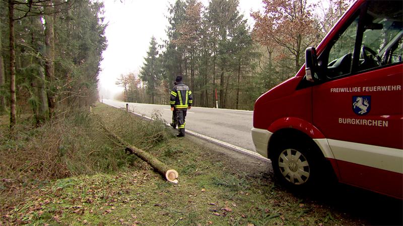 Mit Baum Straße blockiert Burgkirchen