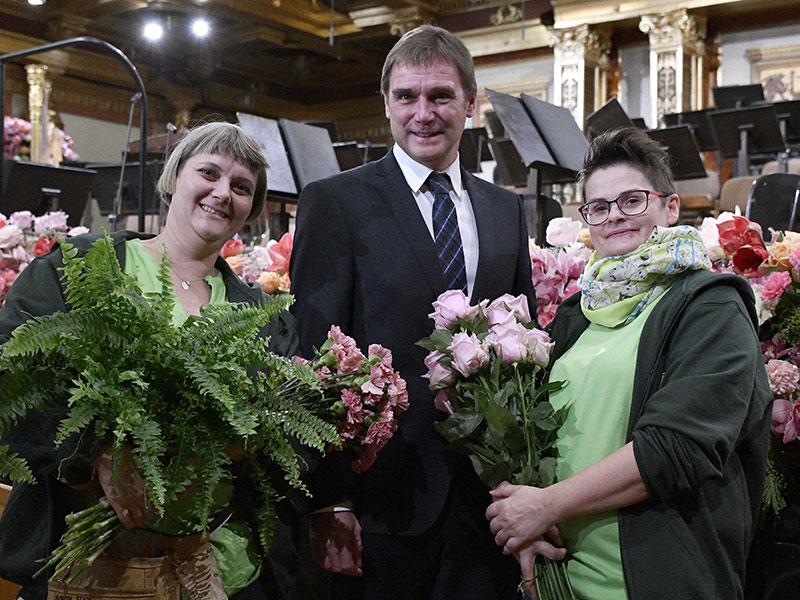 Stadtgartenamtsdirektor Rainer Weisgram mit Mitarbeiterinnen bei Aufbau des Blumenschmucks für das Neujahrskonzert