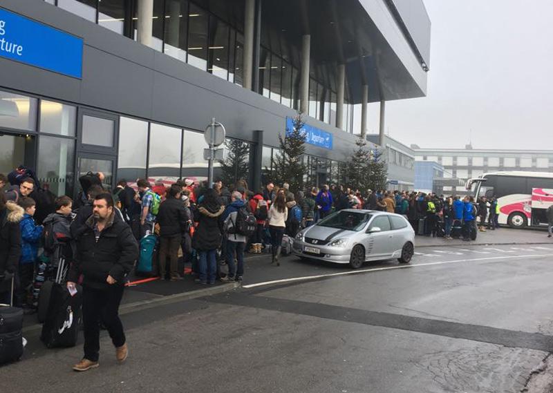 Passagiere vor dem Flughafen Innsbruck