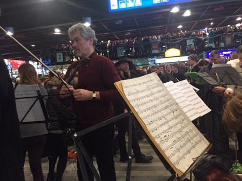 hudebníci v hale pražského hlavního vlakového nádraží a jejich nemalé publikum