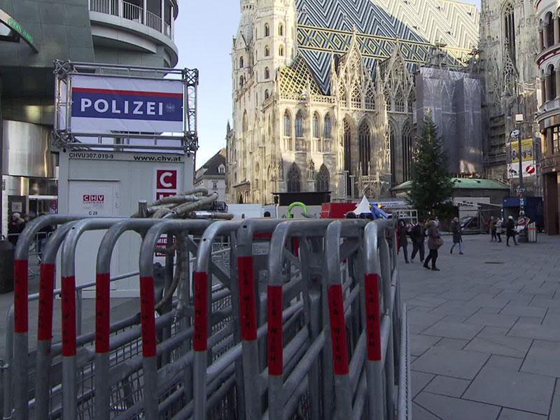 Absperrgitter der Polizei für Silvesterpfad am Stephansplatz