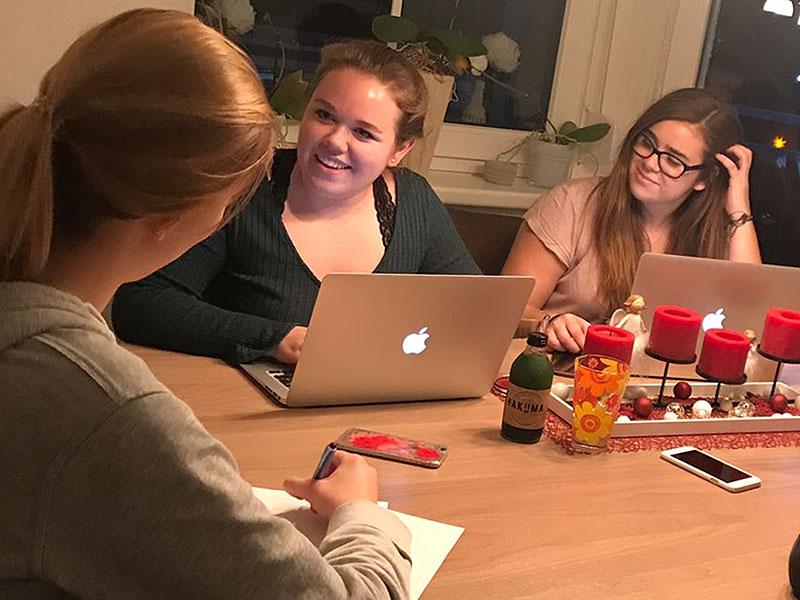 """Sarah Buchreiter und ihr Team von """"Sugar Beats"""" bei der Organisation der Silvesterparty"""