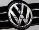 VW Volkswagen Logo auf Kühlergrill von Auto