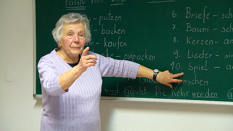 87 jährige Frau Höttinger unterrichtet Flüchtlinge