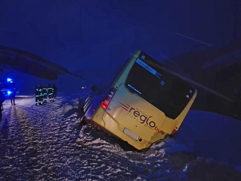 In Straßengraben geschlitterter Bus