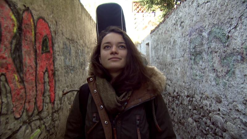 Sängerin Nina Duschek auf der Straße