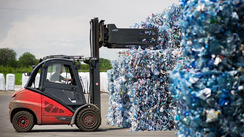 Stapler holt sich Plastikflaschen-Ballen