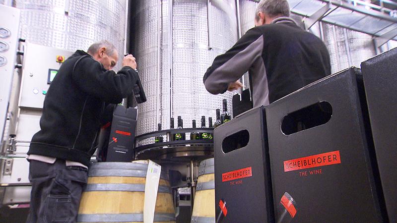 Weinflaschen werden verpackt