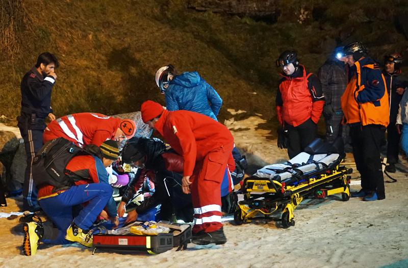 Verletzter Rodler wird von Rettungskräften versorgt