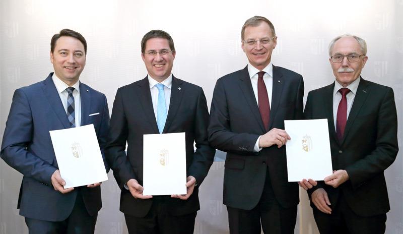 V.l.: Landeshauptmann-Stv. Manfred Haimbuchner, Bürgermeister Andreas Rabl, Landeshauptmann Thomas Stelzer und Bezirkshauptmann Josef Gruber