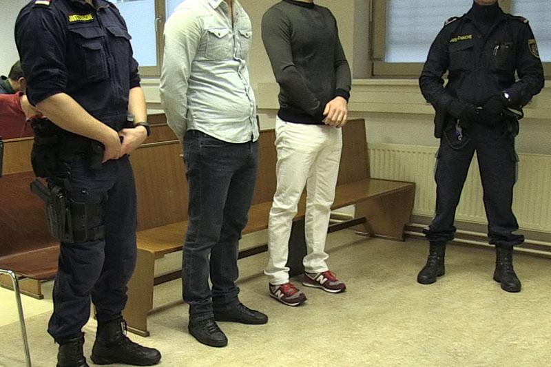 Angeklagte bei Gerichtsverhandlung (mit Polizisten)