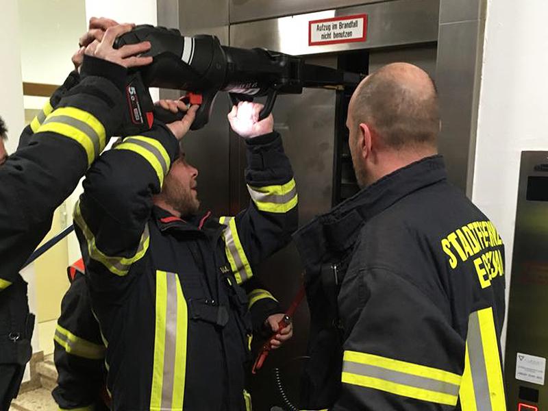 Feuerwehr öffnet Aufzugstüre