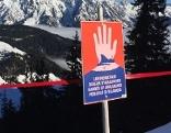 Lawinenwarntafel in Skigebiet gegen hohe Lawinengefahr