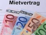 Euro-Geldscheine auf Mietvertrag für Mietwohnung