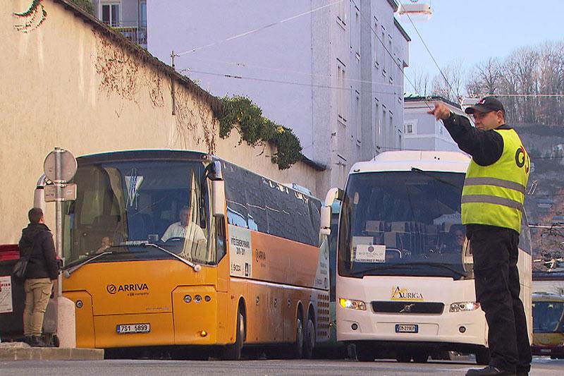Reisebusse mit Einweiser bei Busterminal Paris Lodron Straße in der Stadt Salzburg