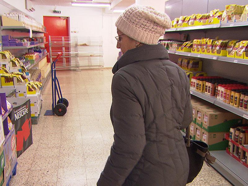 Pensionistin bei Einkauf in Sozialmarkt