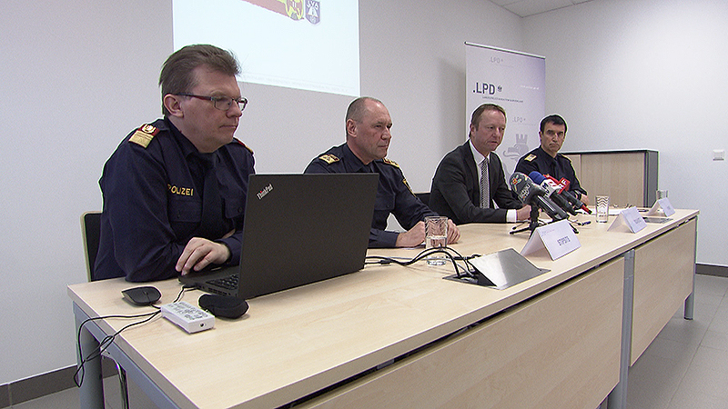 Johann Tschürtz und Polizei bei einer gemeinsamen Pressekonferenz