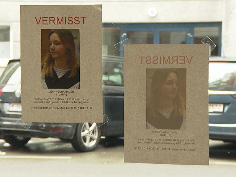 Frau vermisst: Mutter plakatiert Fotos ihrer vermissten Tochter