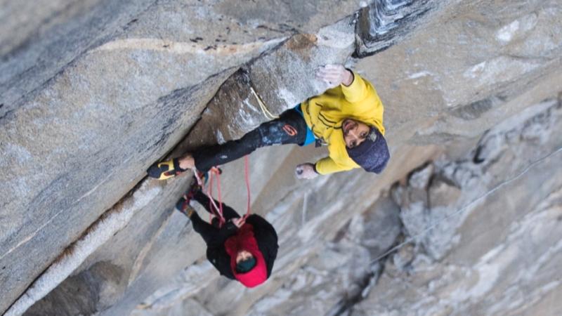 Kletterer Larcher mit seiner Wand am Seil beim mühsamen Aufstieg