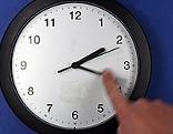 Eine Uhr wird umgestellt