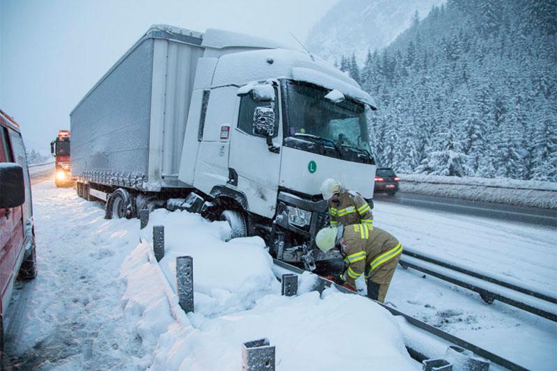 Lastwagen nach Unfall auf der Tauernautobahn