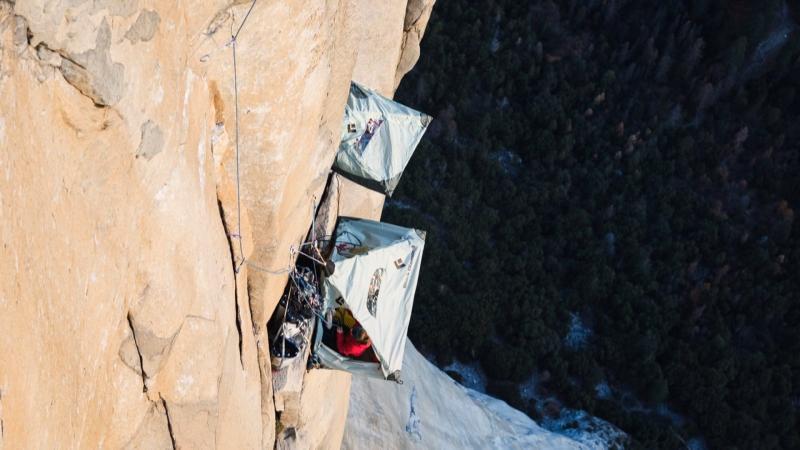 Zelte in der 1000-Meter-Granitwand, die über dem Abgrund thronen
