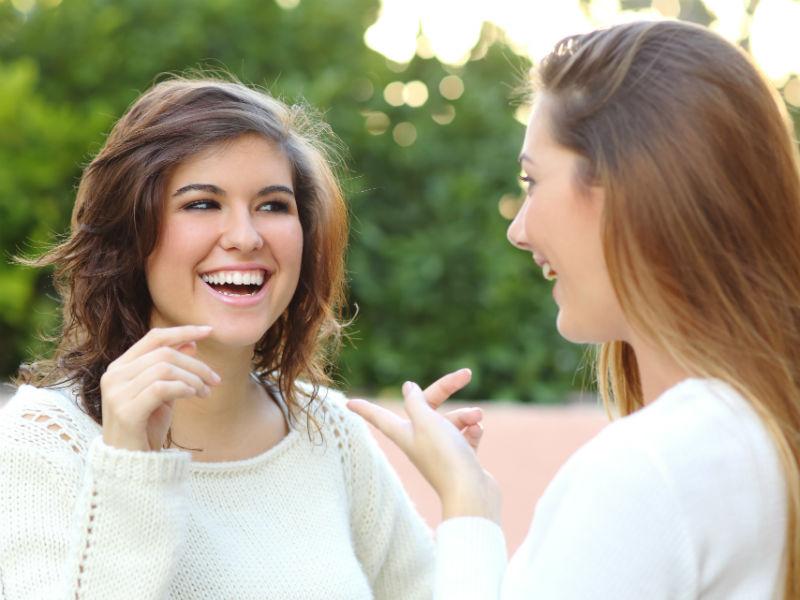 Zwei Frauen unterhalten sich
