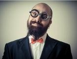 Mann mit Bart und runder Brille