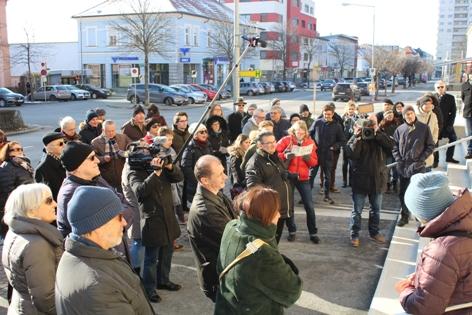 Besucher vor dem Rathaus in Oberwart
