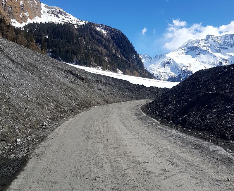 Geräumte Straße in Vals