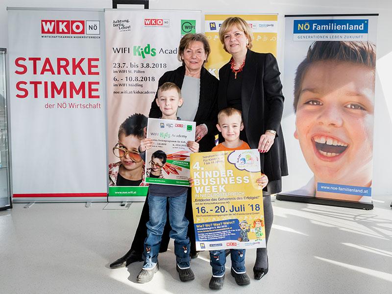 WKNÖ-Präsidentin Sonja Zwazl (l.) und Familienlandesrätin Barbara Schwarz freuen sich mit Michael (l.) und Markus auf die Ferien in Niederösterreich.