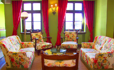 Grüner Baum Hoteldorf Renaissance und Wiedergeburt nach der Pleite mit quietschigen Farben etc.