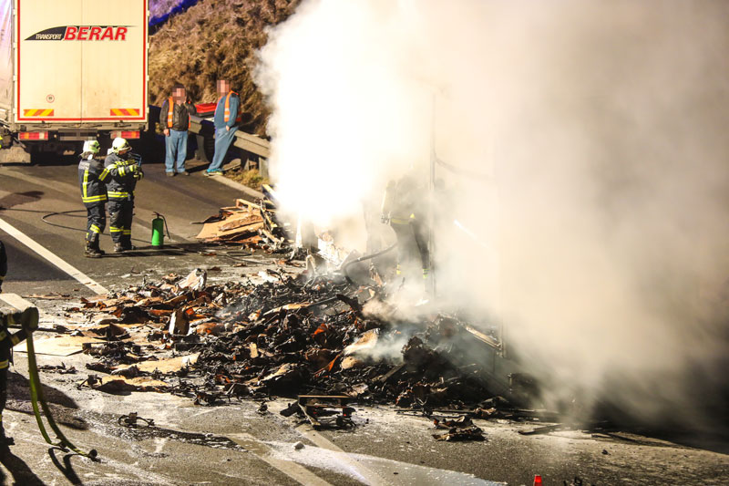 Brennender Lkw-Anhänger auf der Autobahn