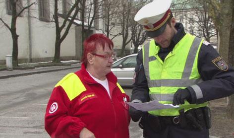 Samariter-Fahrerin mit Polizist