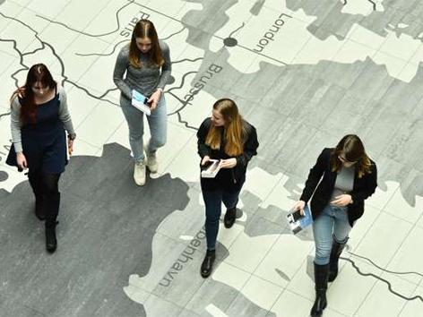 Mednarodni dan žensk neenakost EU Timmermans